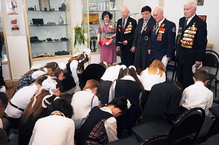 Дети на коленях перед ветеранами
