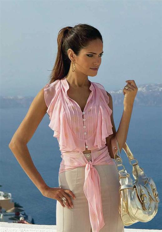 Одежда самого высокого качества титьки под блузкой фото только у нас.