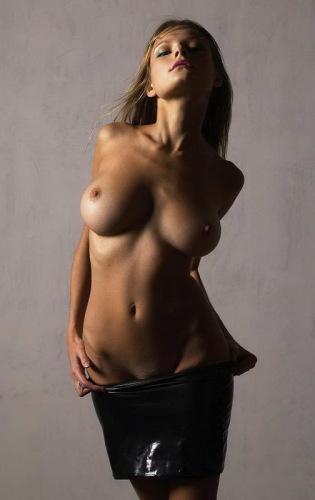 стильное фото девушек с обнаженной грудью